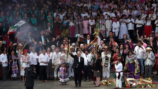 López Obrador recibe bastón de mando de pueblos indígenas de México - Sputnik Mundo