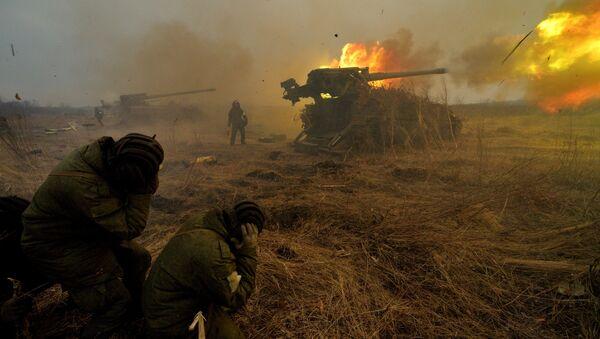 El fuego de una pieza de artillería rusa - Sputnik Mundo
