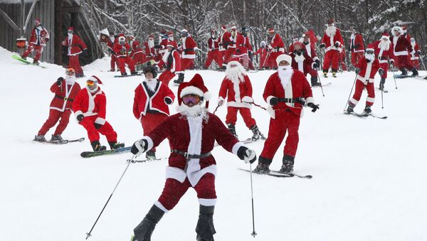 Más de 200 personas disfrazadas de Papá Noel se reunieron para practicar esquí y snowboard en Newry, EEUU - Sputnik Mundo