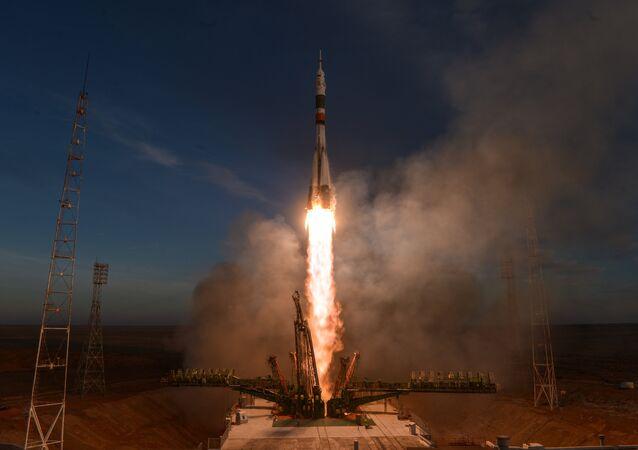 Lanzamiento de un cohete Soyuz, foto de archivo