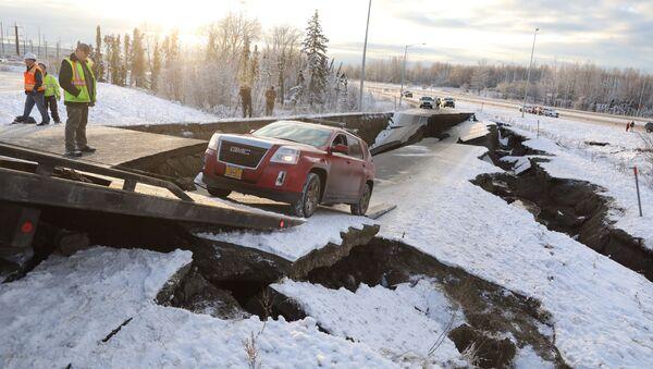 Las consecuencias del potente sismo en Alaska - Sputnik Mundo