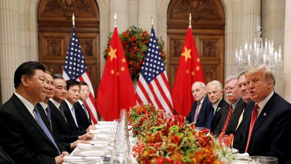 El presidente de EEUU, Donald Trump, con su homólogo chino, Xi Jinping,en las negociaciones entre EEUU y China en G20 en Argentina - Sputnik Mundo
