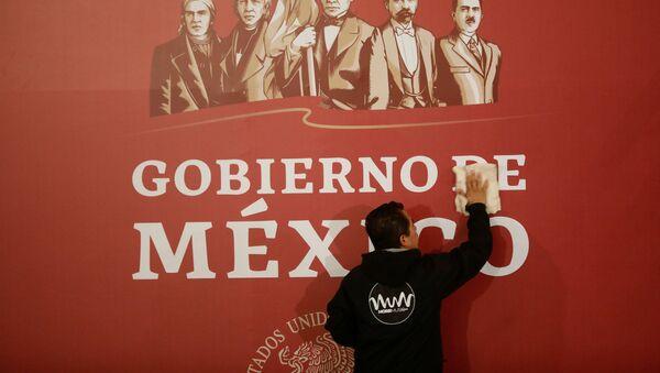 Cartel con el logo del Gobierno de México - Sputnik Mundo