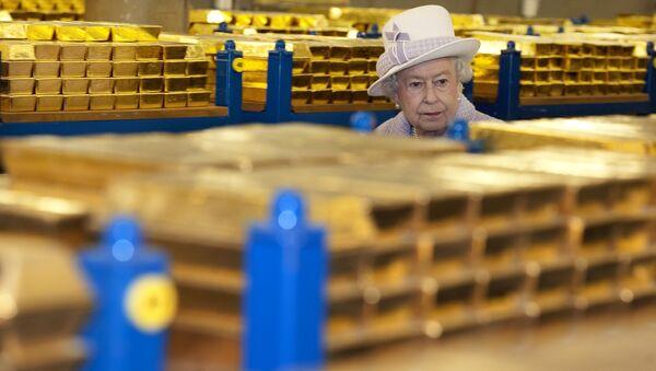Isabel II del Reino Unido visita la reservas de oro del Banco de Inglaterra en 2012 - Sputnik Mundo