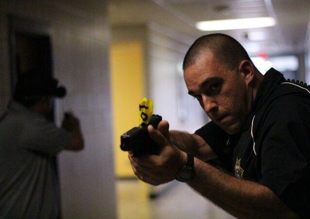 Un policía apunta un arma