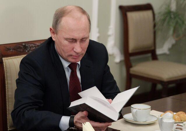 Putin lee un libro