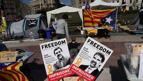 Banderas independistas de Cataluña y fotografías de los presos políticos - Sputnik Mundo