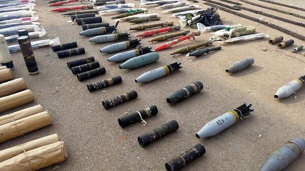 Armas y municiones encontradas en un almacén subterráneo en Siria - Sputnik Mundo
