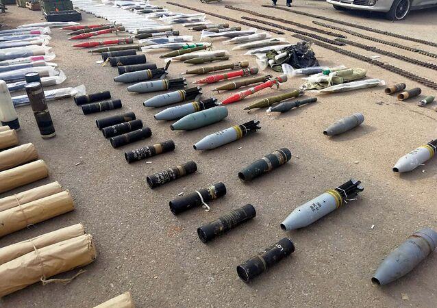 Armas y municiones encontradas en un almacén subterráneo en Siria