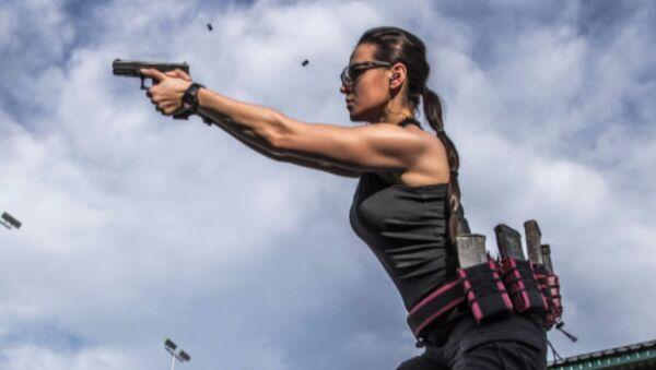 La Lara Croft de Kazajistán impresiona con sus habilidades con las armas - Sputnik Mundo