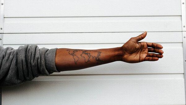 Mapa del mundo tatuado en brazo - Sputnik Mundo