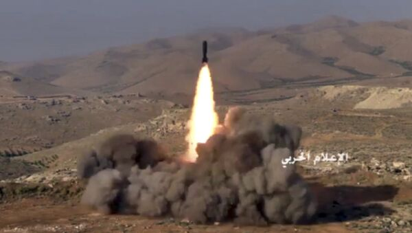 Los combatientes de Hizbulá lanzan un misil contra las posiciones de los terroristas vinculados con Al-Qaeda en la frontera siria-libanesa (archivo) - Sputnik Mundo