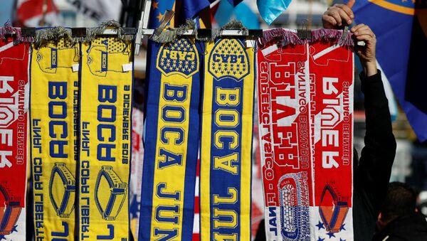 Bufandas con los símbolos de los equipos finalistas de la Copa de los Libertadores - Sputnik Mundo