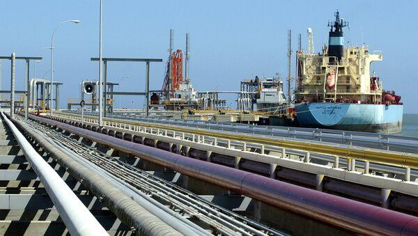 Un buque petrolero atracado en una de las refinerías de Venezuela (archivo) - Sputnik Mundo