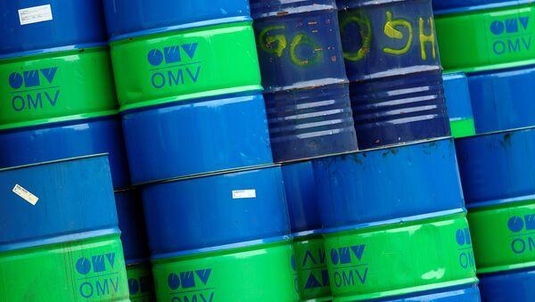 Los barriles con el logo del concorcio OMV - Sputnik Mundo