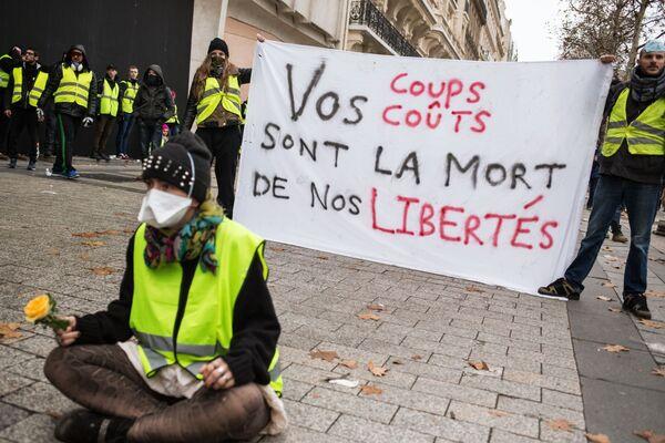 Autos quemados y piezas de museo destrozadas: protestas en París de los 'chalecos amarillos' - Sputnik Mundo