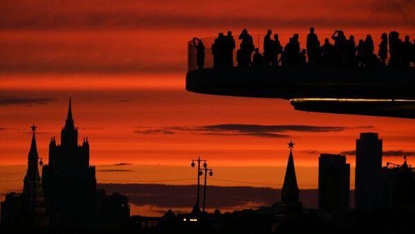 Turistas en el puente flotante del parque Zariadie, en Moscú - Sputnik Mundo