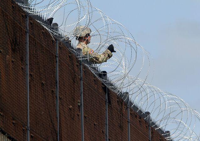Un militar de EEUU en la frontera con México