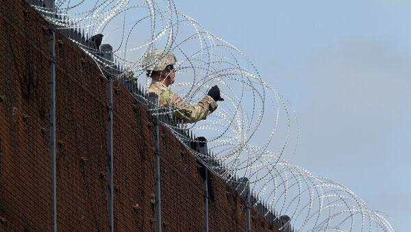 Un militar de EEUU en la frontera con México - Sputnik Mundo