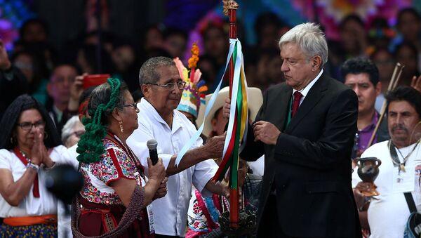 Andrés Manuel López Obrador recibe bastón de mando de pueblos indígenas de México - Sputnik Mundo