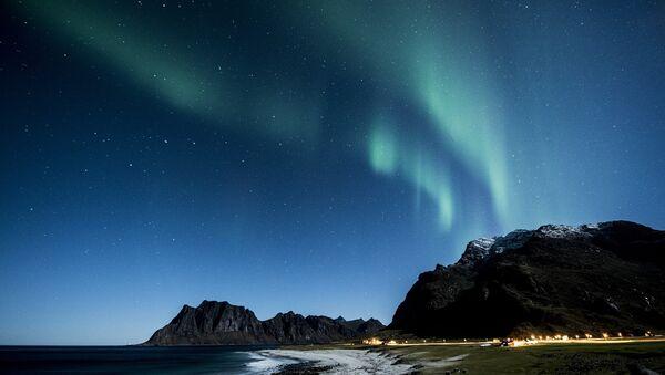 Aurora boreal vista desde el archipiélago Lofoten de Noruega - Sputnik Mundo