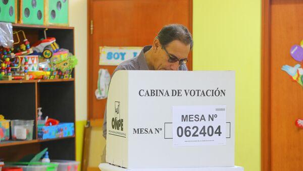 Martín Vizcarra, el presidente de Perú, durante el referéndum - Sputnik Mundo