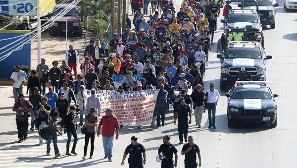 Marcha de unos migrantes hondureños en Tijuana - Sputnik Mundo