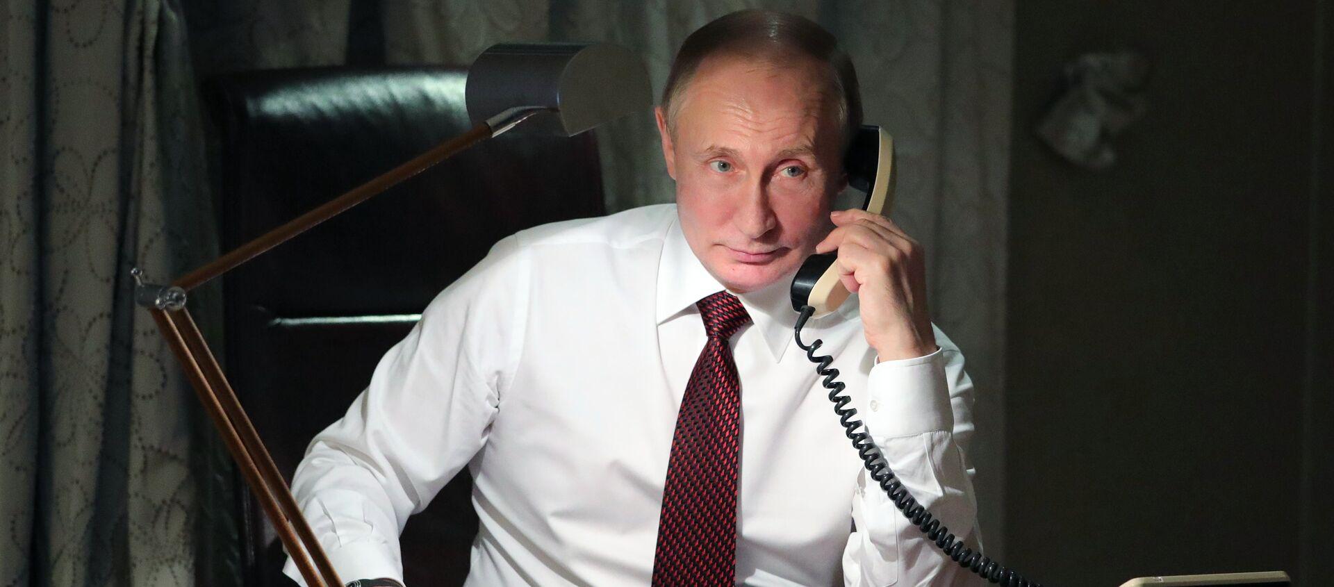 Vladímir Putin, presidente de Rusia, al teléfono - Sputnik Mundo, 1920, 12.12.2018