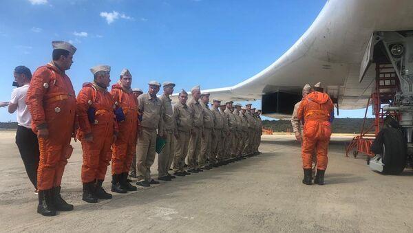 Una aeronave Tu-160 en la rampa 4 del aeropuerto internacional Simón Bolívar, en Venezuela - Sputnik Mundo