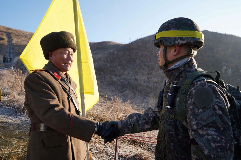Sonrisas para la historia: soldados de las dos Coreas cruzan la frontera y se dan la mano