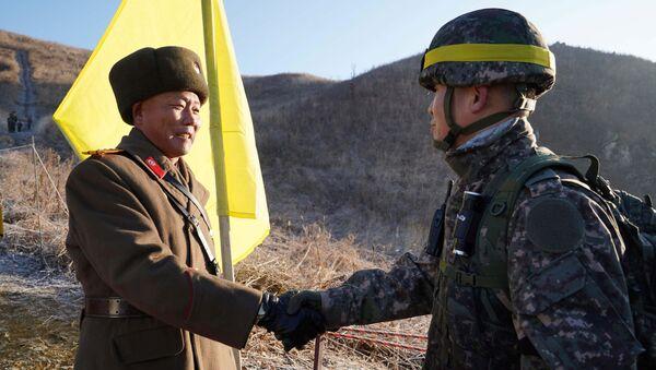 Sonrisas para la historia: soldados de las dos Coreas cruzan la frontera y se dan la mano - Sputnik Mundo