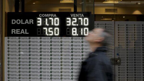 Tasa de cambio de dólar estadounidense y real argentino - Sputnik Mundo
