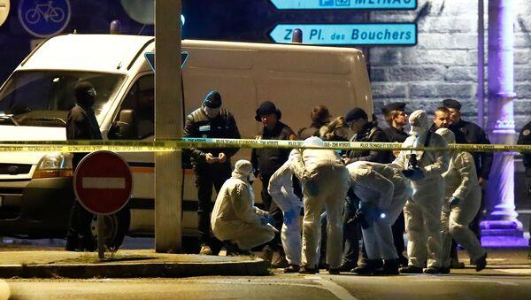 Los investigadores trabajan en la calle durante una operación policial durante la cual el presunto pistolero, Cherif Chekatt, quien mató a tres personas en un mercado navideño en Estrasburgo, fue asesinado - Sputnik Mundo
