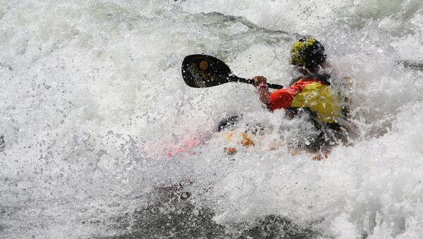 Un hombre en un kayak (archivo) - Sputnik Mundo