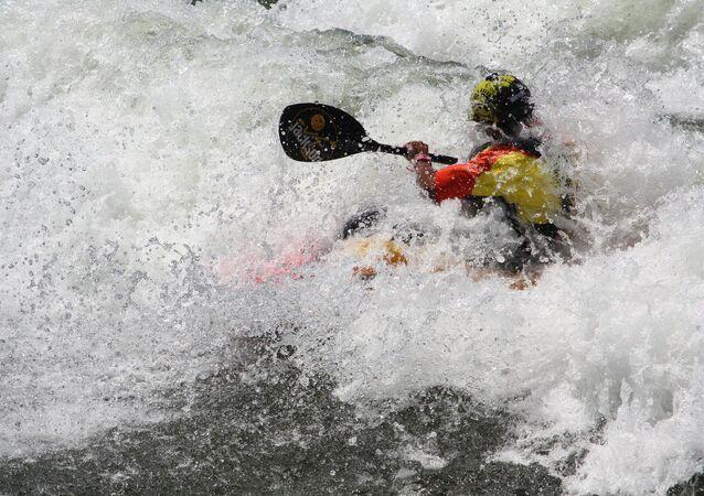 Un hombre en un kayak (archivo)