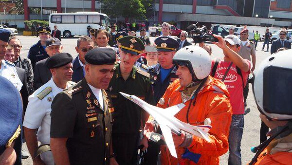 Vladimir Padrino López, ministro de Defensa de Venezuela junto a los pilotos del avión ruso Tu-160 - Sputnik Mundo