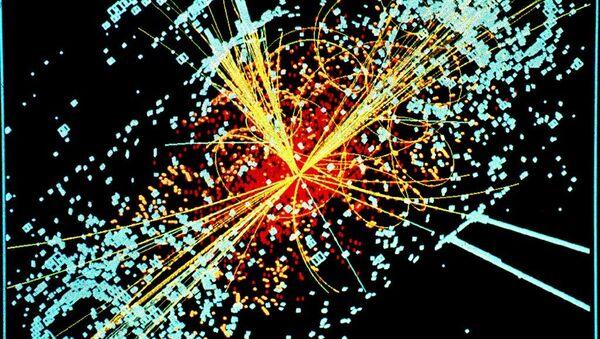 Un ejemplo de simulación a partir de los datos de la desintegración de dos protones de muy alta energía generando un Bosón de Higgs en el decaimiento en dos haces de hadrones y dos electrones en el detector CMS del LHC en el CERN. - Sputnik Mundo