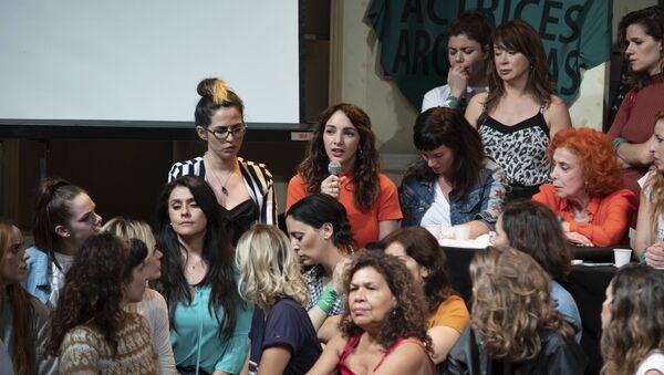 Thelma Fardin en conferencia de prensa, hablando sobre la denuncia por violación contra el actor Juan Darthés, acompañada de actrices argentinas. - Sputnik Mundo