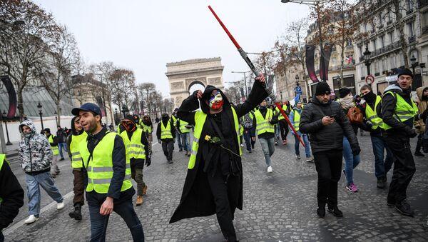 Una manifestación anti-Macron se apodera de París - Sputnik Mundo