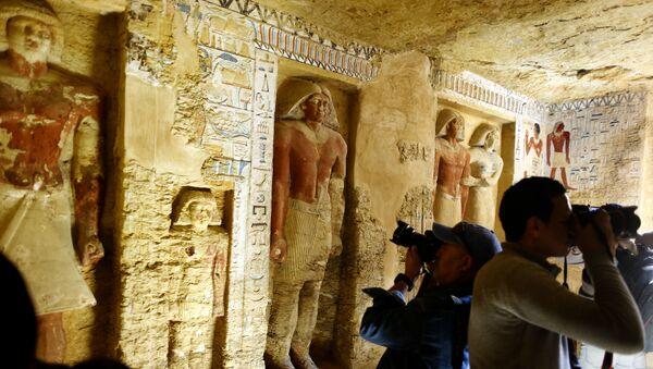 Hallan en Egipto una tumba de 4.400 años bien conservada y decorada con jeroglíficos y estatuas - Sputnik Mundo