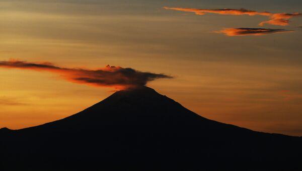 Una columna de ceniza y vapor se eleva desde el volcán Popocatépetl - Sputnik Mundo