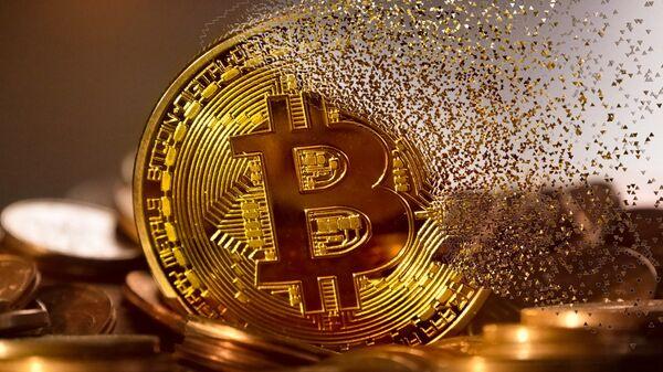Un bitcoin haciéndose añicos - Sputnik Mundo