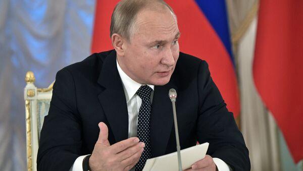 Vladímir Putin durante la sesión plenaria del Consejo de Cultura y Artes presidencial el 15 de diciembre de 2018 en San Petersburgo (Rusia) - Sputnik Mundo