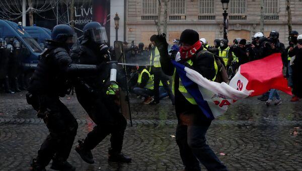 Los protestas de 'chalecos amarillos' en París, Francia - Sputnik Mundo