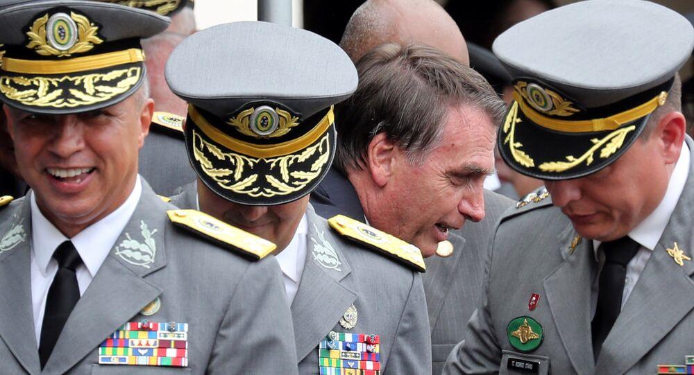 Jair Bolsonaro conversando con militares, durante la graduación de los oficiales de la academia militar de Agulhas Negras en Resende, Brasil