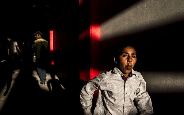 Joven intenta entrar a la plaza de toros Belisario Arteaga para ver el porrazo - Sputnik Mundo