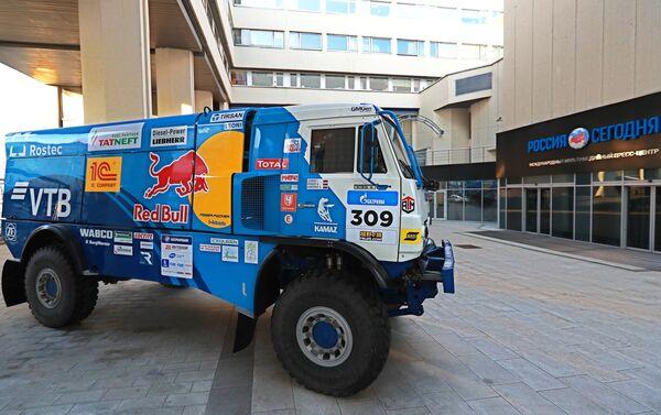 Un vehículo del equipo Kamaz Master cerca de la entrada de la sede del grupo mediático internacional Rossiya Segodnya, matriz de Sputnik - Sputnik Mundo