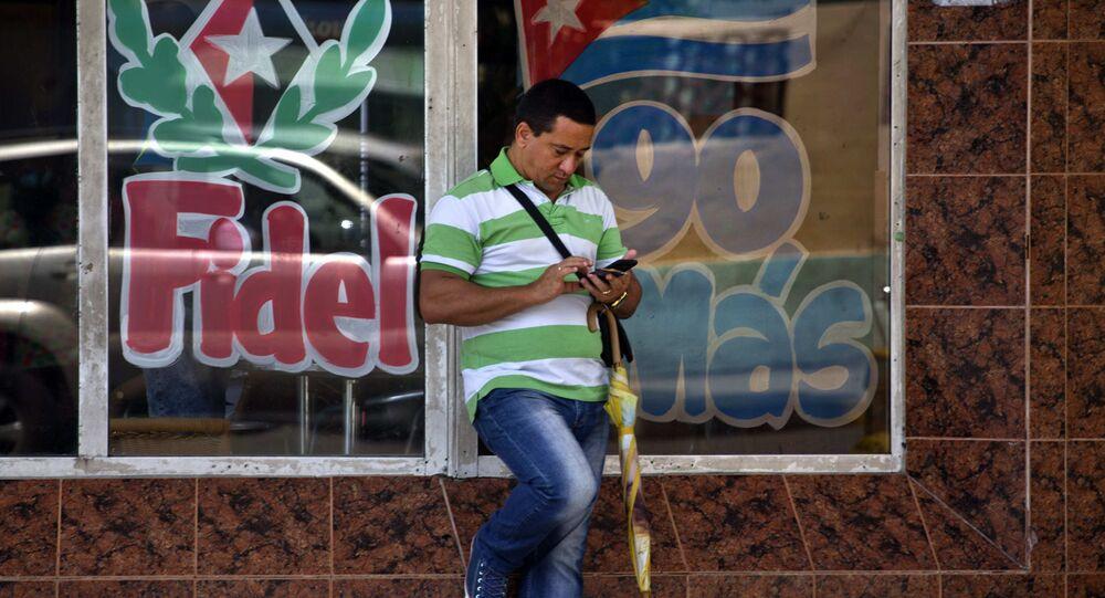 Cubano con un teléfono móvil