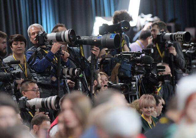 Equipo de periodistas durante la rueda de prensa de Vladímir Putin