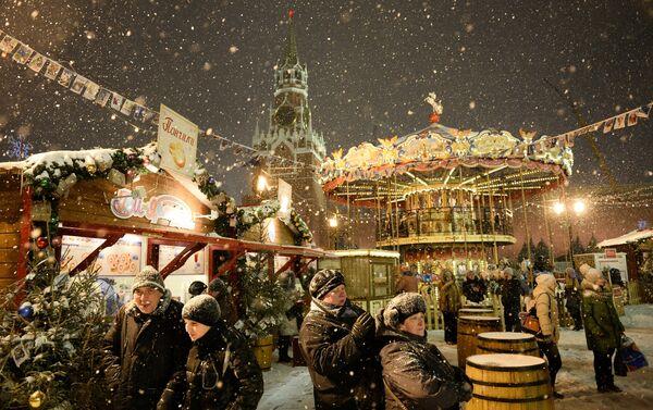 Mercadillo navideño en la Plaza Roja de Moscú - Sputnik Mundo